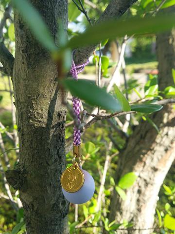 公園の木に吊した鈴